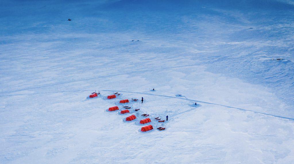 Polar medicine -kurssin simulaatioharjoituspäivien ensimmäinen majapaikka on pystytettynä.
