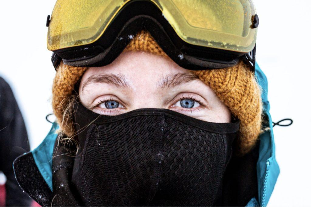 Polar Medicine -kurssilla tehtiin hiihtoretkiä, joissa omaat varusteet kulkivat mukana vedettävissä ahkioissa. Skotlantilaisopiskelijaa ei kylmä olosuhde näytä haittaavan.