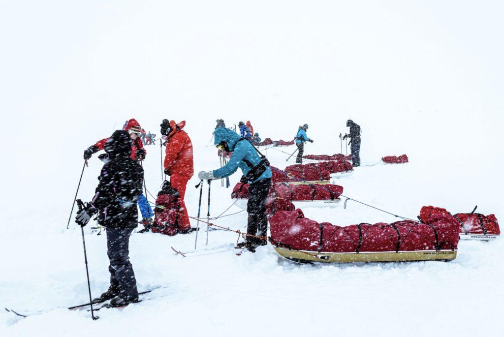 Norjan Finsessä järjestettiin helmi-maaliskuussa 2020 Polar Medicine -kurssi, jossa opiskeltiin hoitotoimia kylmissä olosuhteissa sekä kylmän aiheuttaamien vammojen hoitoa. Ulkona tehtynä simulaatioharjoituspäivänä satoi sankasti lunta.