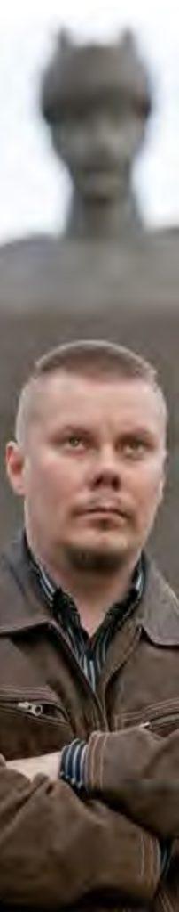 Ensihoitomarsalkka-kolumnin kirjoittaja Mika Lehestö kuvattuna Turun Mannerheim-patsaan edessä.